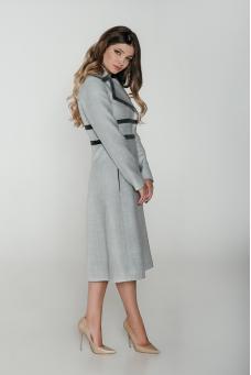 Приталенное пальто с отделкой из бархата